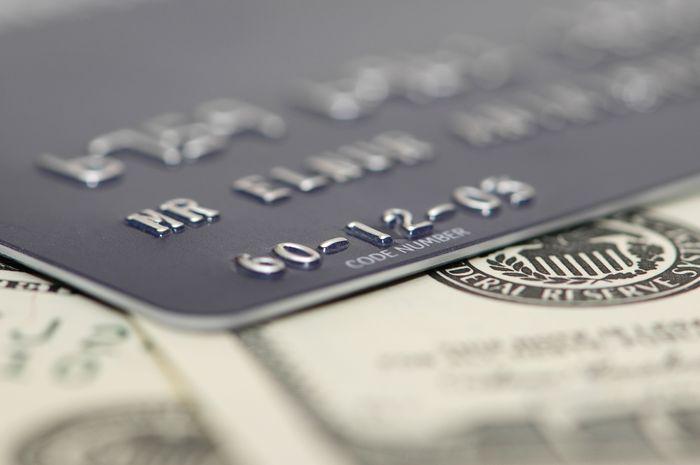 Что выгоднее: взять кредит или оформить кредитную карту?