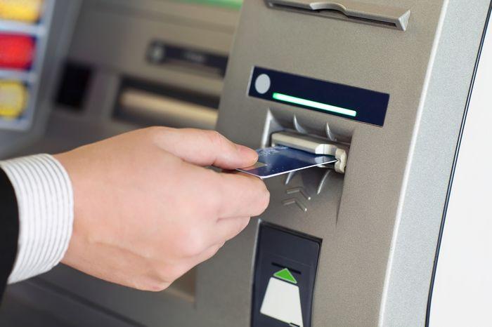 Банкомат выдал больше денег – что делать в таких случаях?