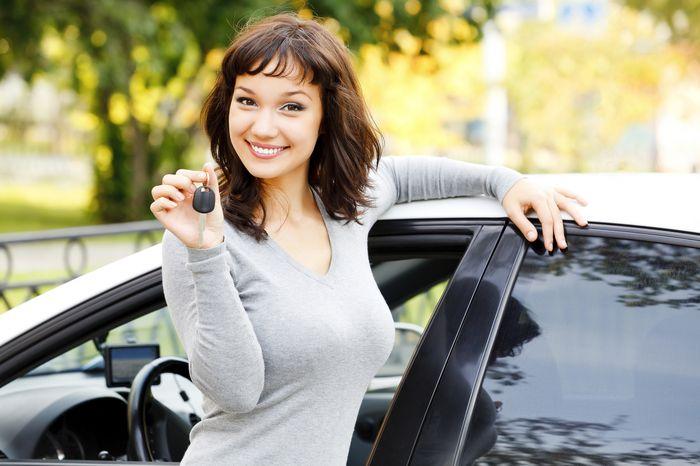 женщина взяла машину в лизинг