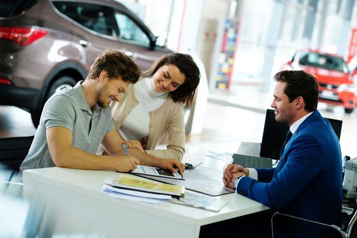 семья берёт в кредит авто
