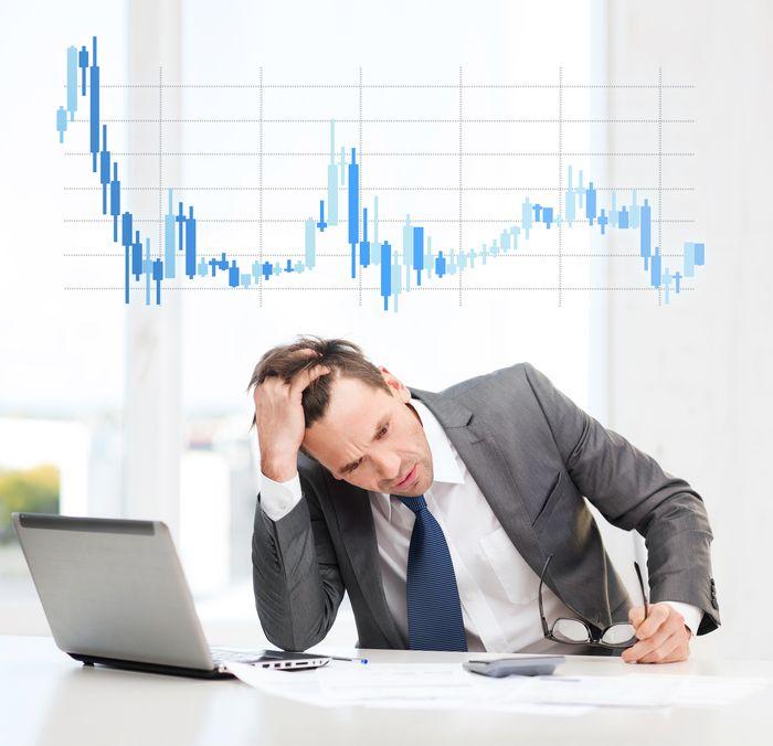 мужчина проводит технический анализ рынка