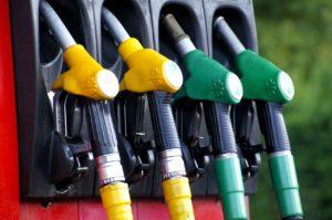 Нефть дешевеет — бензин дорожает? Почему в России постоянно дорожает бензин?