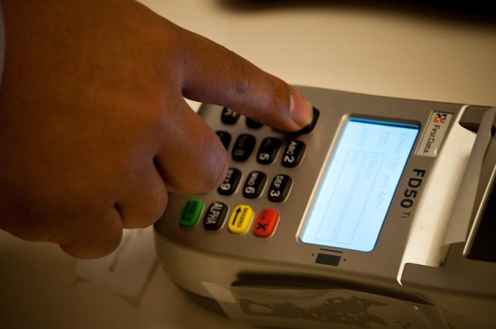 Президент раскритиковал высокую комиссию за оплату банковскими картами