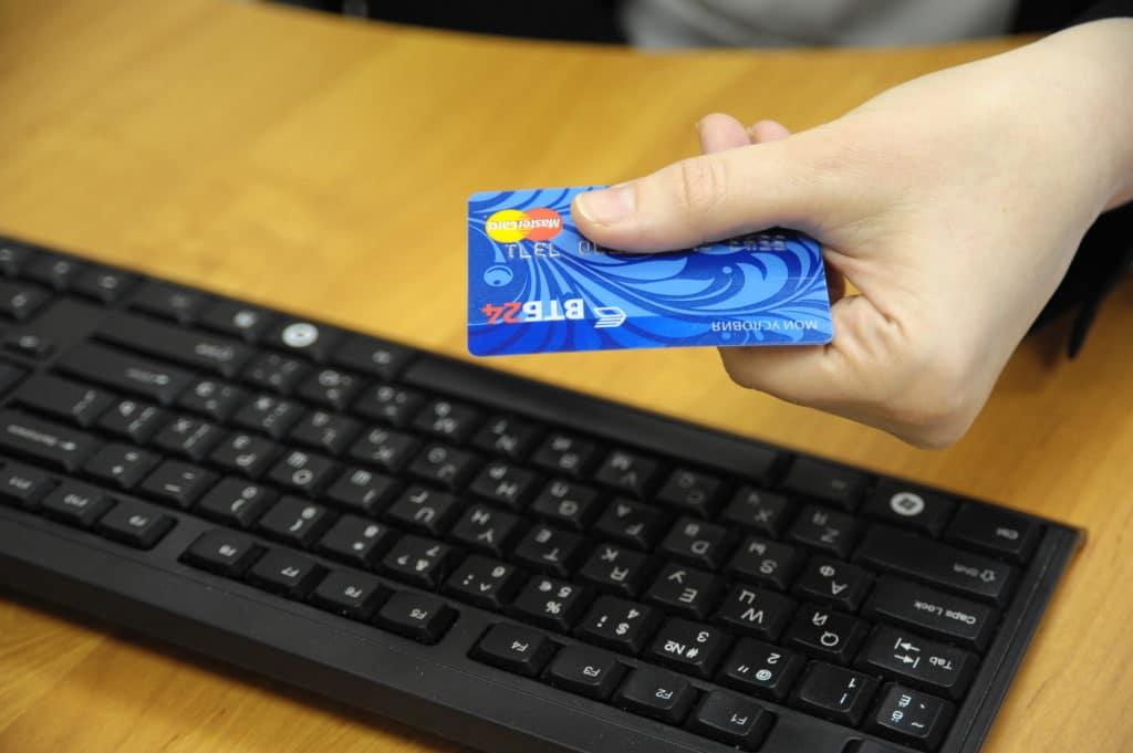Любую выпущенную банковскую карту нужно активировать. Разбираем, как сделать это разными способами