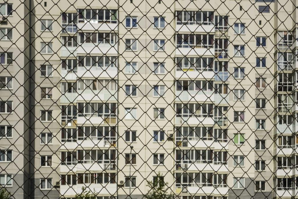 Как отгородить двор своей многоэтажки забором? Расписываем процесс по этапам