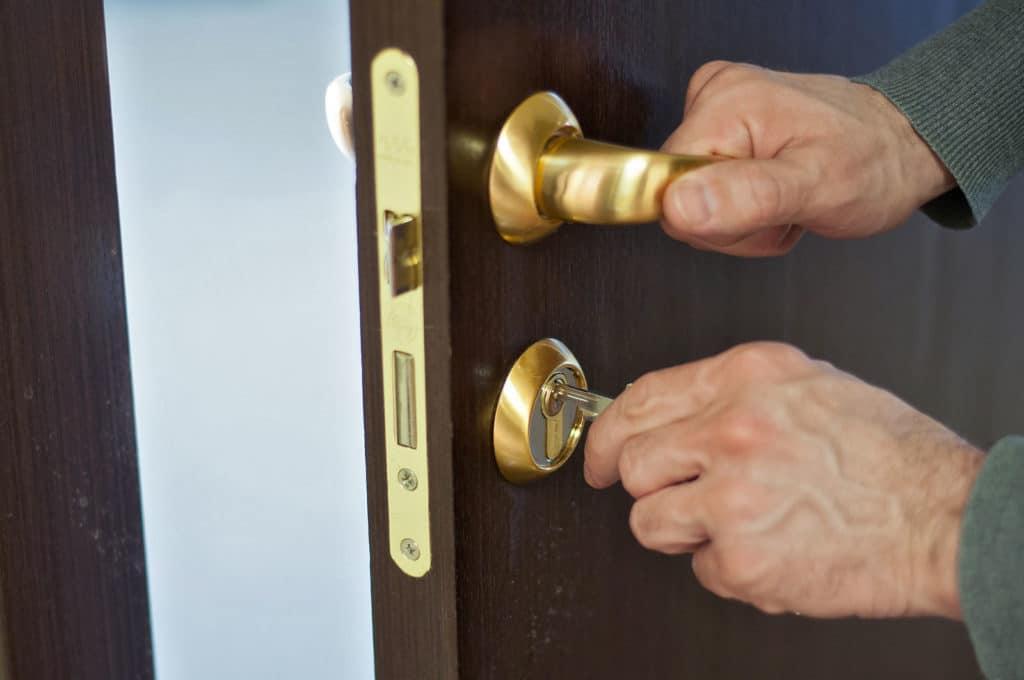 Надо ли прописывать нанимателя квартиры