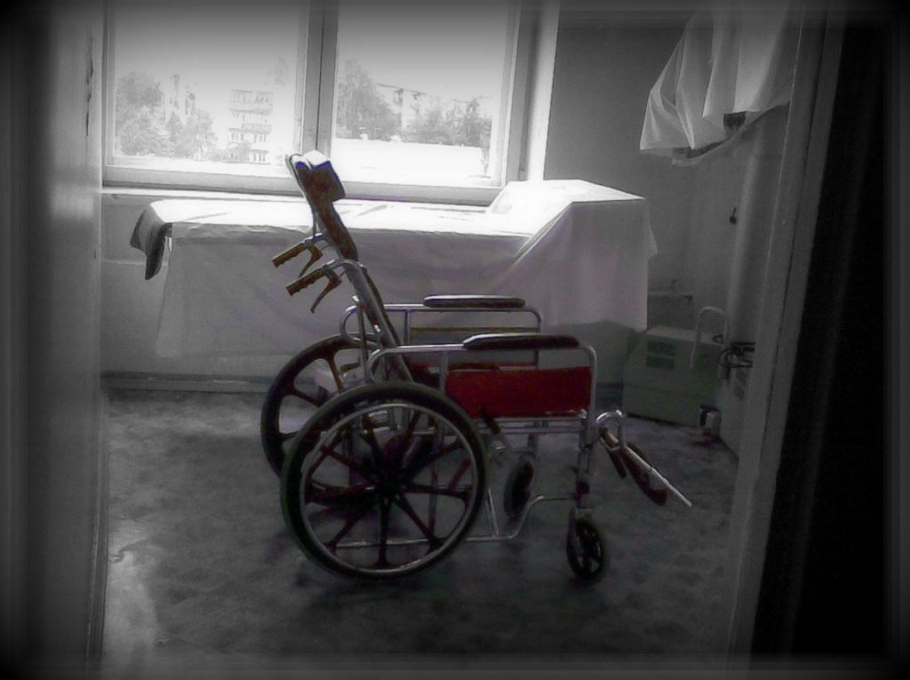 Майские указы в действии: из больниц массово увольняют санитаров
