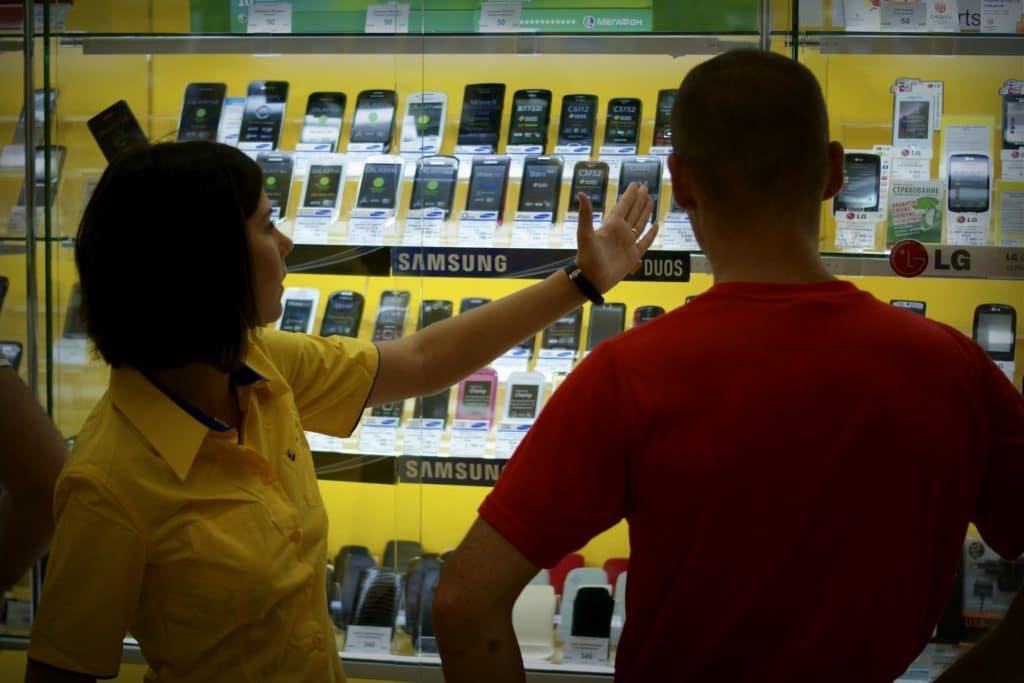 В России снизились продажи самых дешевых телефонов. Причина может быть в мигрантах