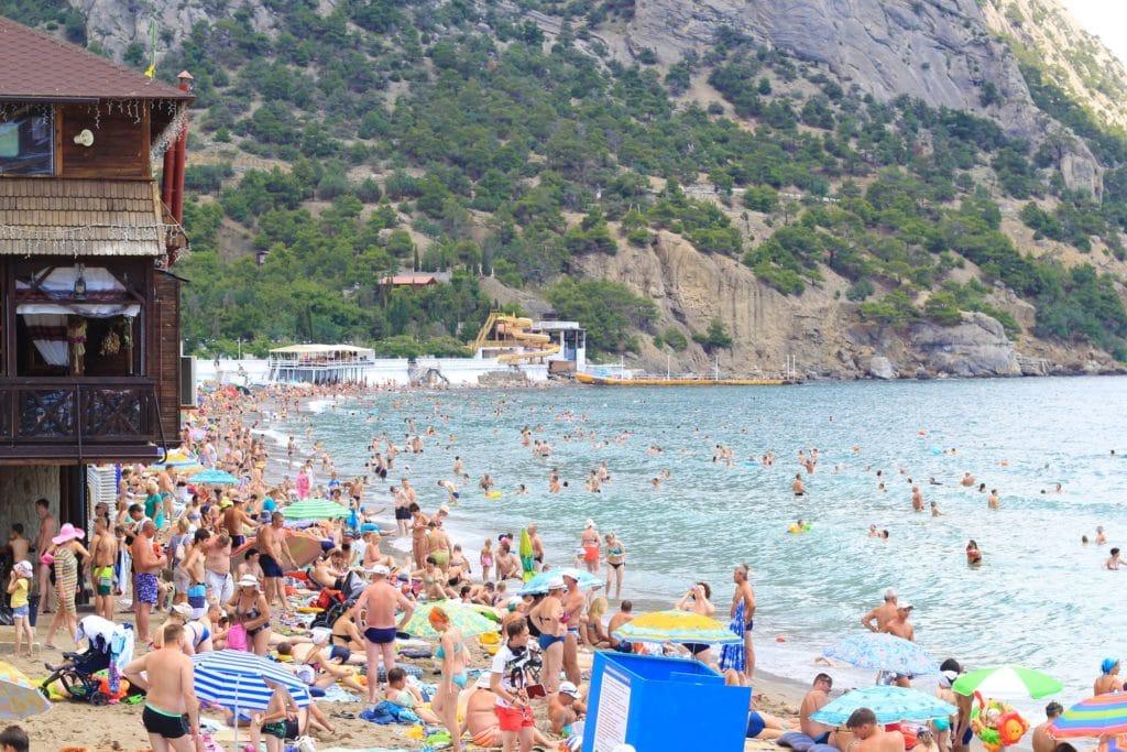 Цены на отдых в 2020 году: бронировать тур в Крым или подождать, когда откроют Египет?