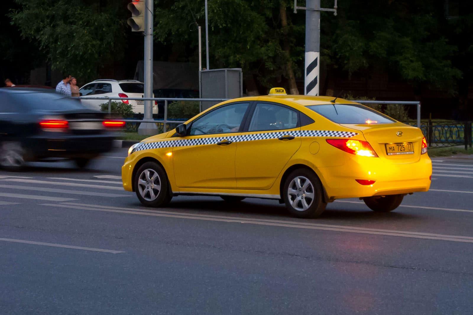 Чтобы сэкономить на содержании автопарков, чиновников хотят пересадить на такси