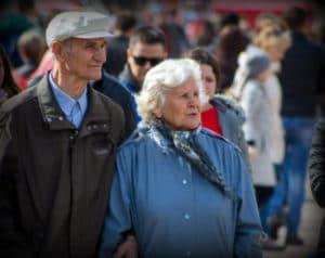 Выплату по уходу за пожилыми людьми хотят увеличить в 10 раз