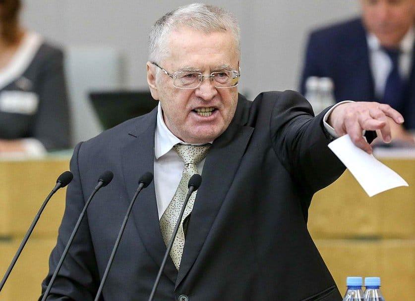 Владимир Жириновский раздавал деньги на Красной площади. ЛДПР получает из бюджета 1,7 миллиарда рублей в год