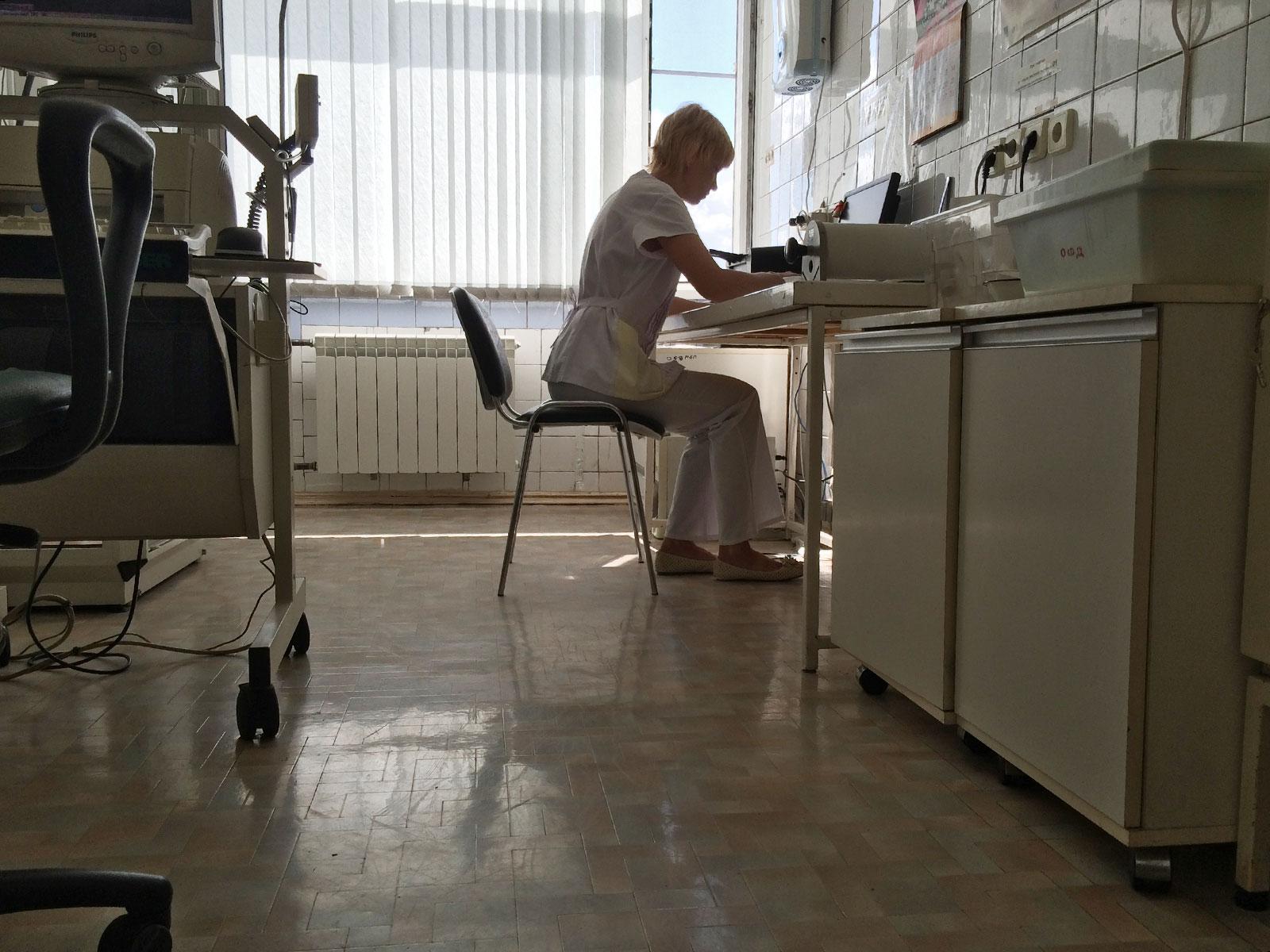 В поликлинике нет нужного врача, а направление в другую больницу не дают: что делать и куда жаловаться?