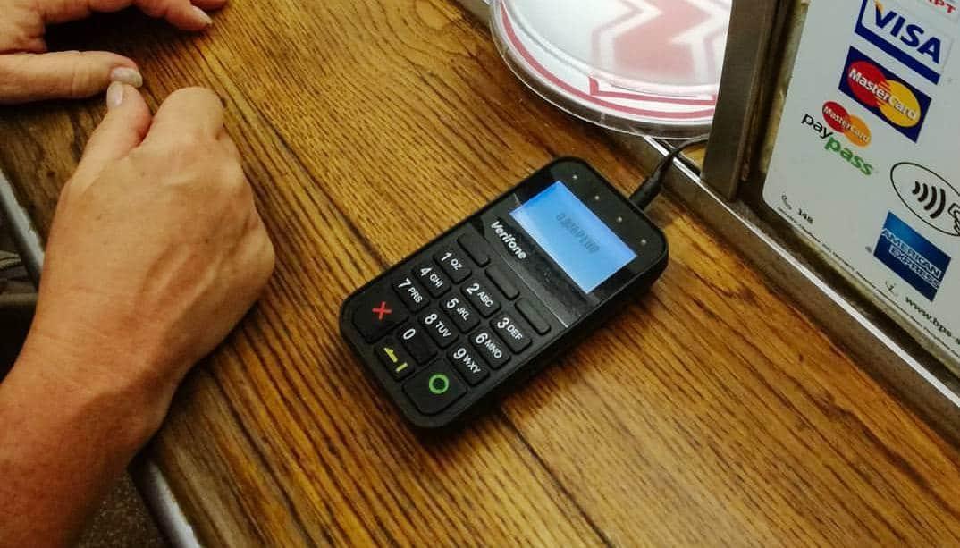 Небольшие магазины отказываются принимать оплату картами, предпочитая потенциально «грязные» наличные
