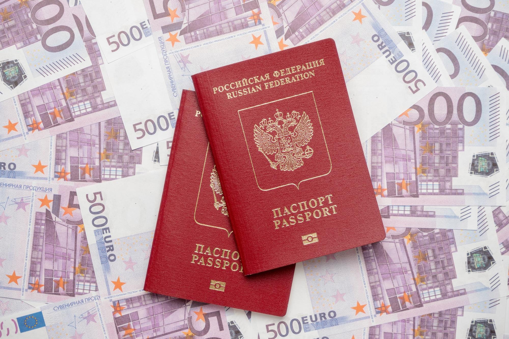 Две или ни одной: как выплачивается пенсия гражданам России с видом на жительство в другой стране?