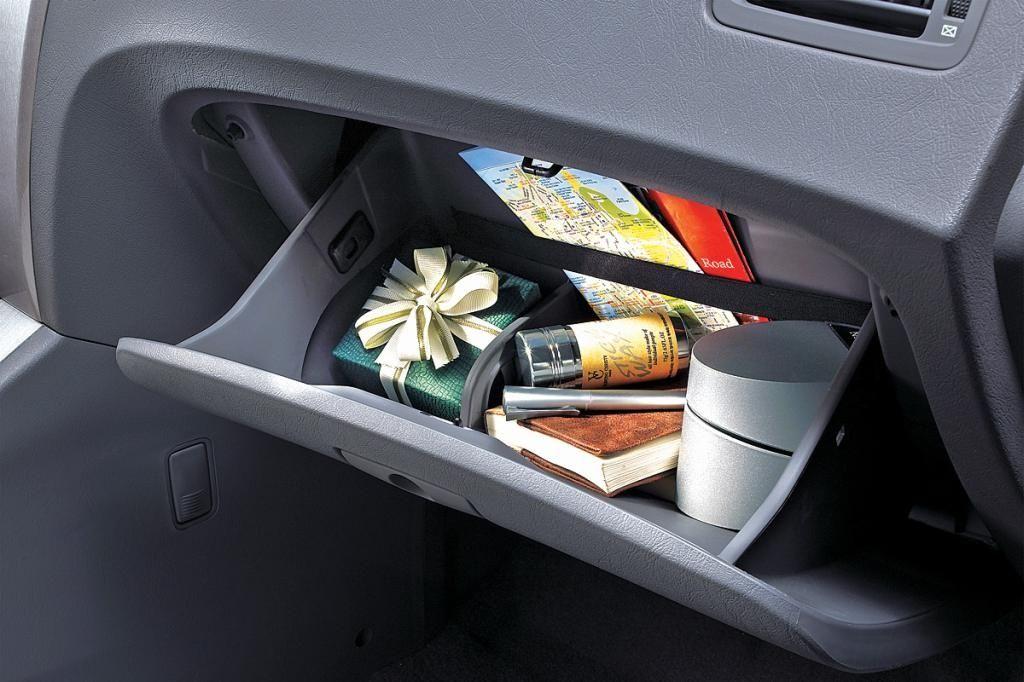 Опрос: 12% автоледи возят с собой корзины из супермаркета, а 63% мужчин всё ещё хранят в бардачке атласы