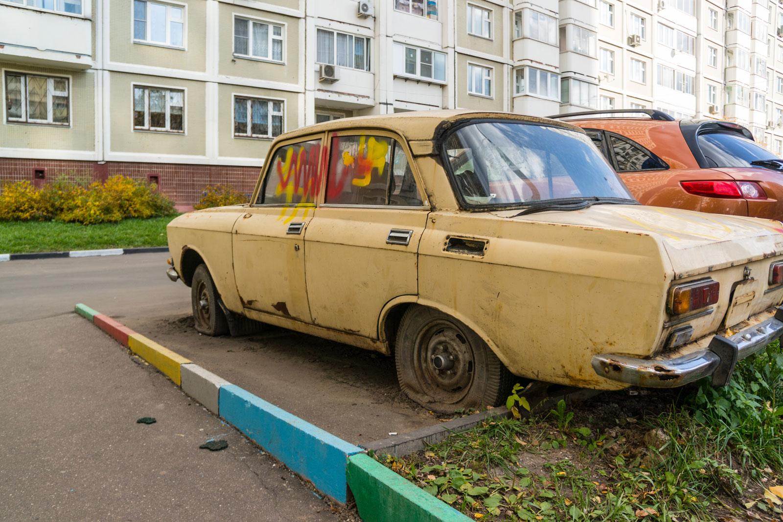 Во дворе годами стоит брошенный автомобиль. Что делать и как его убрать?
